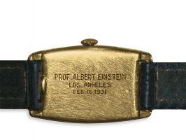 """Гравировка на задней части корпуса золотого Longines: """"Профессор Альберт Эйнштейн, Лос-Анджелес, 16 февраля 1931"""""""