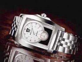 Первая прямоугольная модель Breitling for Bentley. Breitling calibre 28B, 28,800 v/h, 38 камней, COSC-certified. Исполнение розовое или белое золото, сапфир с антибликом. На циферблате также использован перламутр.