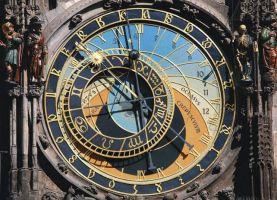Циферблат часов - модель космоса, на нем видны положение Луны и Солнца относительно Земли